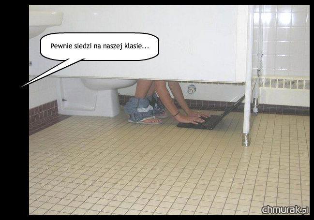 laptop w toalecie