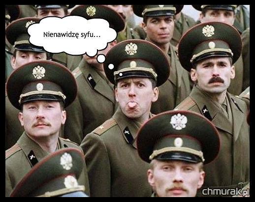 żołnierz wystawia język