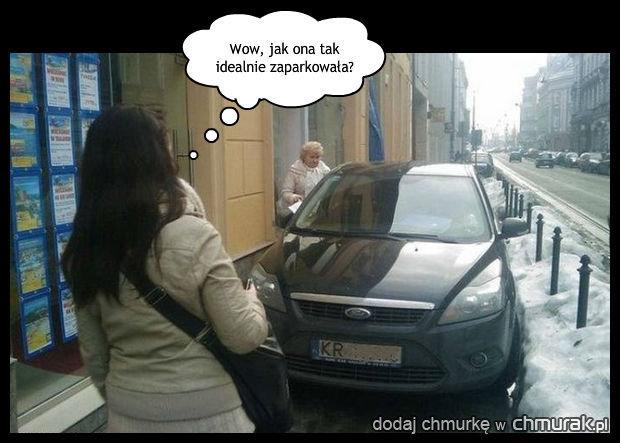 Perfekcyjnie zaparkowany samochod