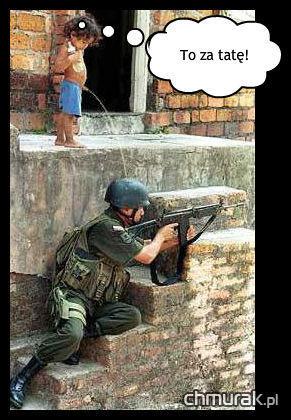 chłopak sika na żołnierza